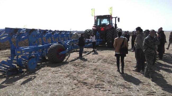 2016年3月30日,德国LEMKEN与经销商九方泰禾公司共同在乌兰察布瑞田现代农业举行了LEMKEN设备的现场演示会。与会的有乌兰察布农机局领导,察右前旗农机局领导,乌兰察布工商总会主席领导。这次演示会展示了我公司的灭茬缺口圆盘耙Rubin 12/500KUA;液压翻转犁Diamant 11 6+1(7铧)犁,以及其它两台EurOpal 7 4+1(5铧犁)等。这是在内蒙古地区第一次有大型犁和缺口耙的演示,这两台大型设备需要与315马力的大型托拉机牵引作业。随着内蒙古土地流转速度的加快,会有越来越多