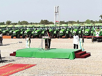 总统亲自试驾500台雷沃拖拉机交付布基纳法索