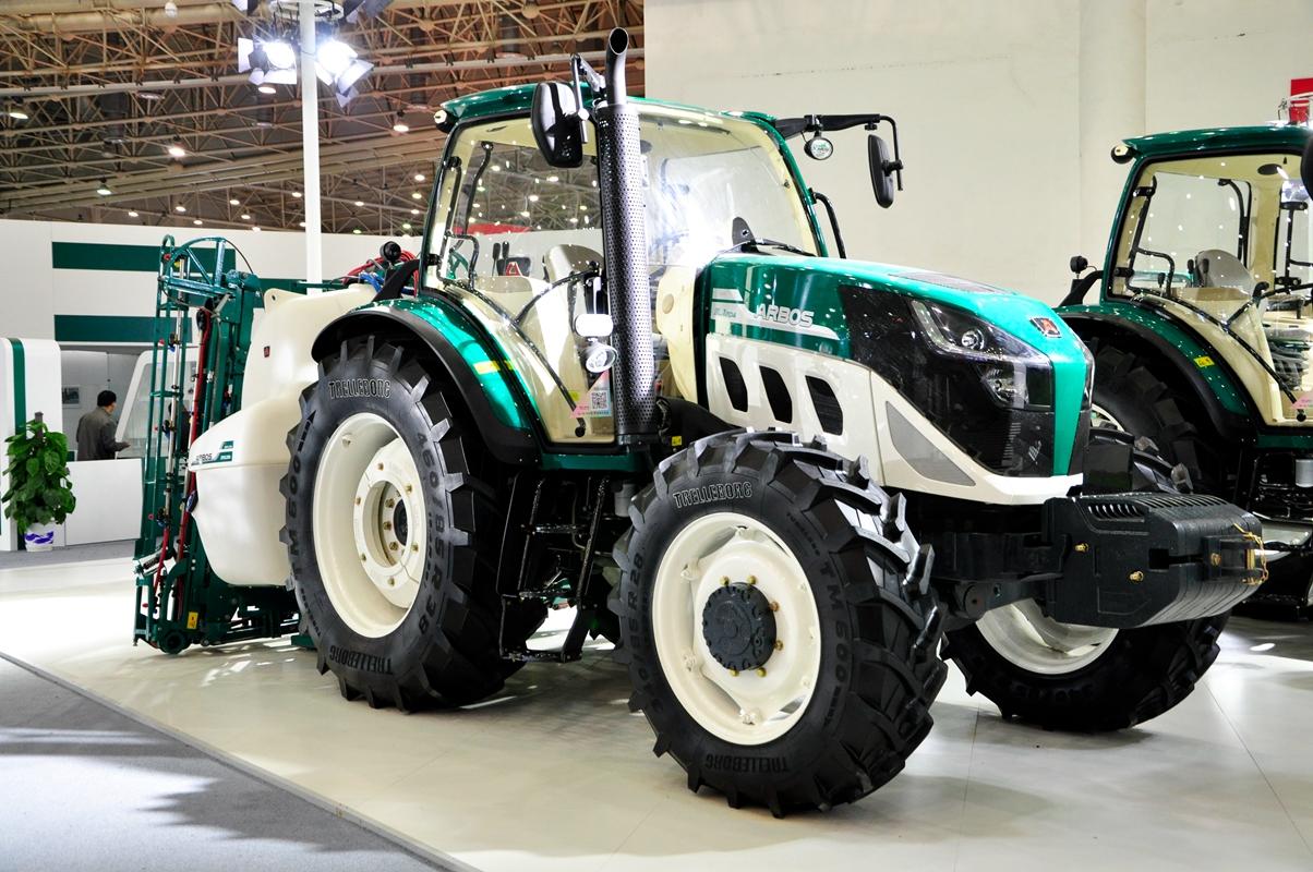 10月26日,2016中国国际农业机械展览会在湖北武汉开幕。展会上,作为国内最大的农业装备制造商,雷沃阿波斯农业装备除了原有产品组合的展示外,重点展出了以阿波斯(ARBOS)拖拉机、高登尼(GOLDONI)拖拉机、马特马克( MaterMacc)播种机等系列高端产品组合,在充分展示科技创新能力的同时,也让观众直观感受到了该品牌为现代农业提供智能科技整体解决方案的内涵和实力。