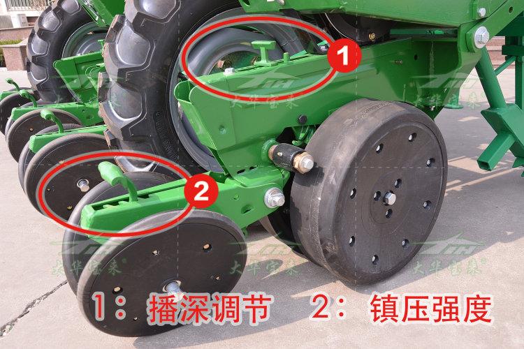 1、整机结构紧凑,可通过三点悬挂背负作业,其四连杆浮动仿形效果好,确保在平原、丘陵地使用均能均匀播种、深浅一致。驱动地轮同时具有限深功能,通轴连接,确保动力传递可靠性;    2、深松部件凿式设计,采用优质材料,铲尖双面可交替使用,使用寿命长;    3、采用进口硼钢材质切盘,可以有效切碎秸秆、土块等,提高通过性保证顺利播种。进口指夹式排种器实现单粒精播,多级变速可满足不同地域不同株距的需求,作业速度可达6~8km/h;    4、每个播种单体均有两个橡胶仿形轮,分别在圆盘开沟器两侧,实现了与开沟器