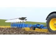 国外的春耕+地块消毒+马铃薯播种的大型机械作业视频