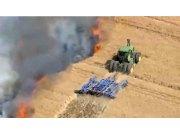 雷暴引农田大火,约翰迪尔拖拉机驾驶员冒死耕出防火隔离带
