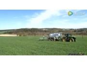 庄稼汉罐式有机肥施用机在草坪上作业