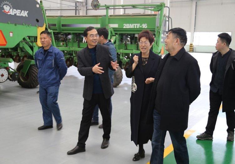 河北智能農業產業研究院張荔院長一行四人到訪山東常林派克公司并進行現場考察