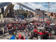 70臺拖拉機慶祝麥賽福格森TE20生產70周年盛大游行