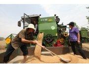 """三夏豐收路上的""""綠巨人""""——谷王TB60(4LZ-6B)型小麥收割機"""