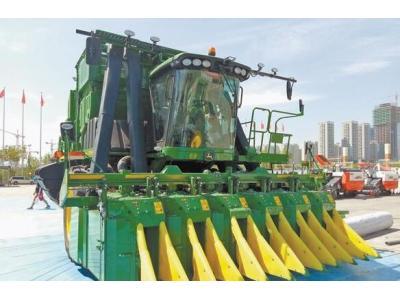 上万台农业机械设备亮相2017新疆农机博览会