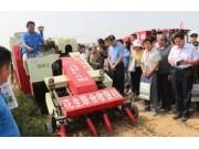 青島農大自主研發,世界作業幅寬最大的花生聯合收獲機吸睛