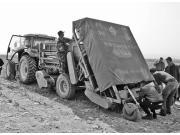 """新疆农机升级 破解""""白色污染""""难题 ——机械开过 残膜消失"""
