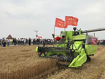中联重科:中国首台无人驾驶收割机下地作业