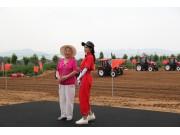 """机智过人丨中国第一代""""拖拉机姐姐""""86岁挑战无人拖拉机"""