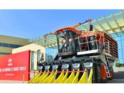 從新疆起航 鐵建重工首台高端智能六行采棉機下線