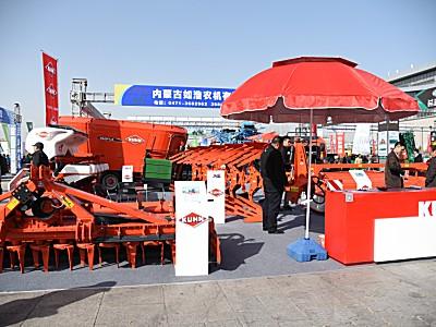 """库恩""""红""""遍5地农机展 多款农机具产品受热捧"""