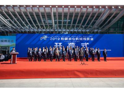 凱斯新疆展會現場交付專為中國市場玉米收獲設計的收割機