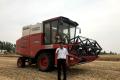 缘于新疆2,新老机手对新疆8小麦收割机更认可