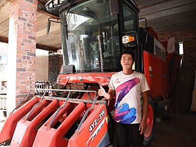這臺玉米收獲機收的干凈不掉粒,備受種植戶歡迎