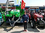 她20年只代理一个品牌拖拉机,秸秆饲料打捆机只选择鑫天朗