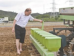 无人驾驶农机:收割机和运粮车配合精准作业 误差控制在厘米级