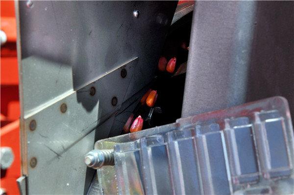 后置排种器检查口