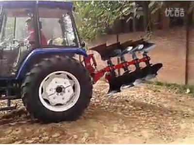 雷沃1004拖拉机四铧翻转犁作业视频