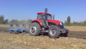 郑州龙丰B450镜面犁配套东方红1804玉米茬地耕作视频