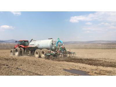 黑龙江农垦畜牧公司液肥撒播车在牡丹江8511农场进行现场作业演示