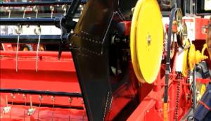 弹齿倾角调整--春雨4LZ-7小麦收获机的调整保养