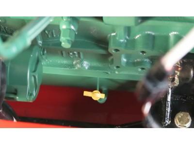 发动机机油检查--春雨4LZ-7小麦获机的调整保养