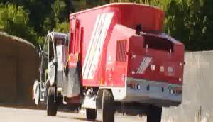 德国倍威力BVLTMR MaXimus自走型农牧机械饲料搅拌车作业视频