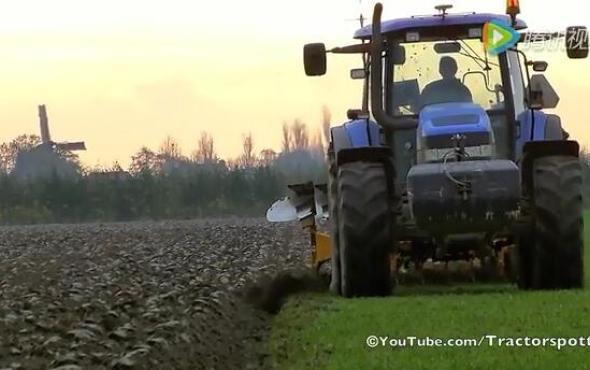 纽荷兰140马力拖拉机牵引9铧犁作业视频