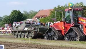 當坦克遇到凱斯履帶拖拉機,結果出乎你意料