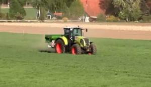 德國阿瑪松撒肥機作業視頻