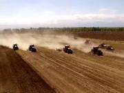 东方红大马力履带拖拉机参加新疆奇台演示会航拍视频