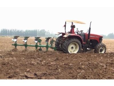 沃得奥龙1304B拖拉机田间旋转犁作业视频