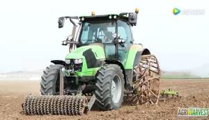 拖拉機配與眾不同的車輪進行播種作業