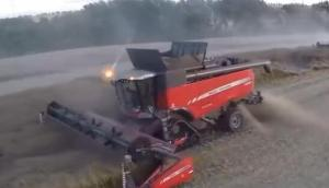 万亩麦田2台联合收就够?800万元的收割机让你相信这不是玩笑