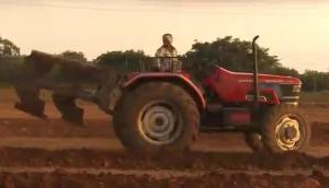 馬恒達拖拉機配套翻轉犁-作業視頻