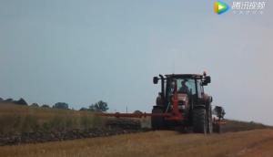 凱斯1404B拖拉機進行復式作業