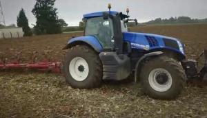 紐荷蘭T8.330拖拉機拉八鏵犁作業視頻