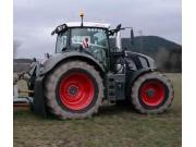 芬特828黑色拖拉機配施肥機作業