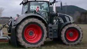 芬特828黑色拖拉机配施肥机作业