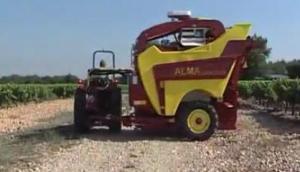 ALMA公司Selecta3牽引式葡萄收獲機作業視頻