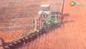 挑战者MT865拖拉机非洲作业航拍视频