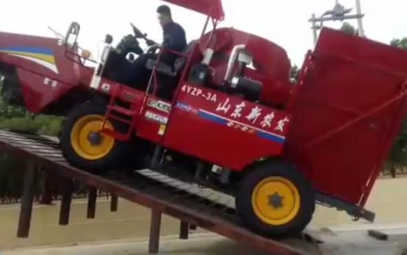 山东新农发三行四驱玉米机——刹车演示坡度