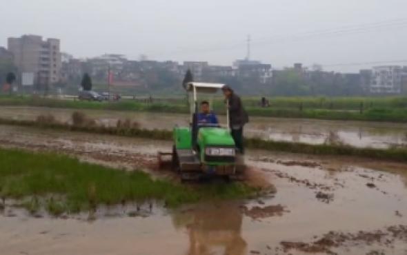 亿森履带拖拉机水田打浆作业视频