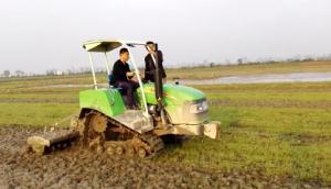 亿森履带拖拉机水田施耕作业视频