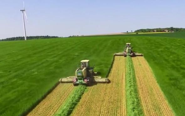 瑞海-科羅尼自走式割草機進行牧草收割作業