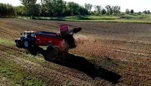 優尼亞多功能有機肥拋撒車TYTAN作業視頻1