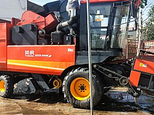 英虎2019款4YZB-4B玉米收割机