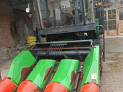 中国收获三行玉米收割机